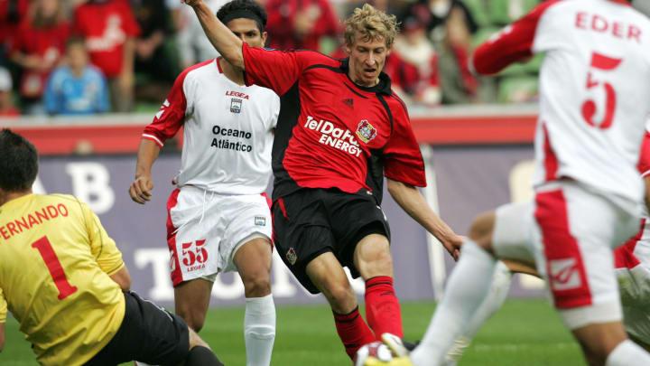 Leverkusen's Stefan Kiessling (M) shoots