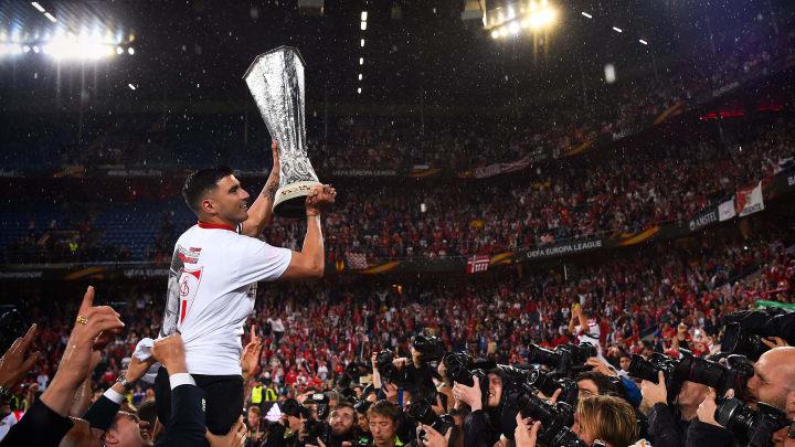 Reyes levanta la Europa League conquistada con el Sevilla