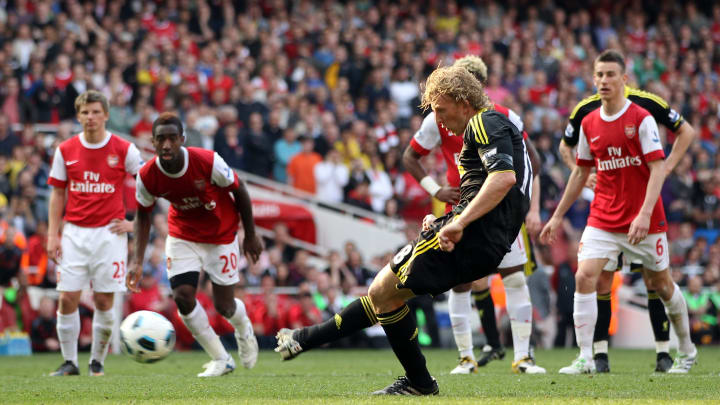 Liverpool's Dutch player Dirk Kuyt (C) k