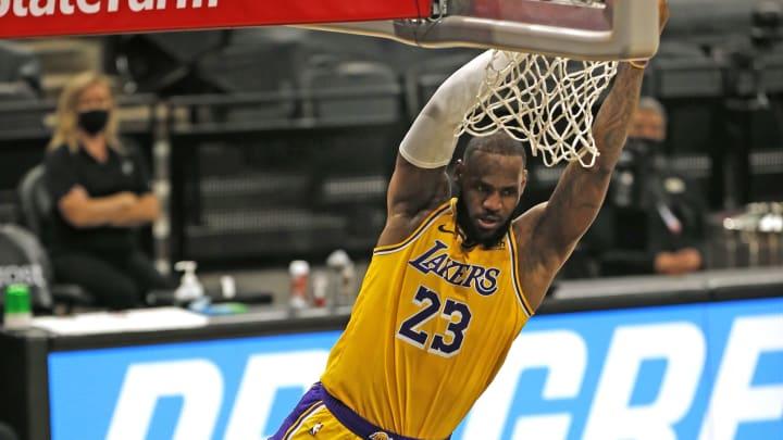 LeBron consiguió su primer triple doble de la temporada