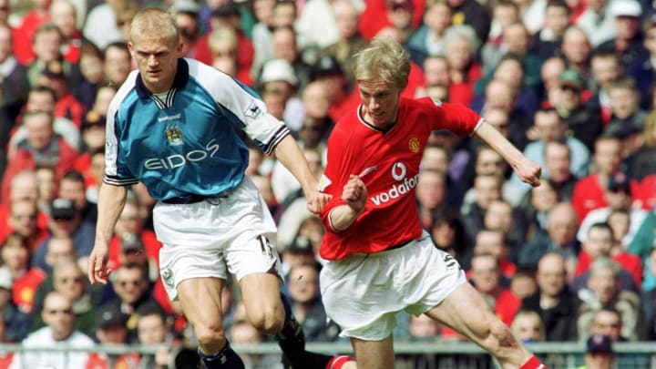 Luke Chadwick (R) of Manchester United is tackled