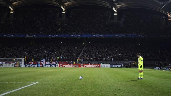 Efsane frikikçi Juninho, topun başında.