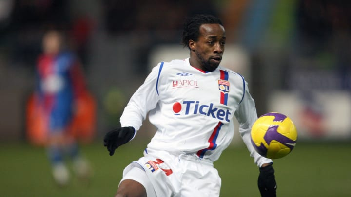 Lyon's Sydney Govou runs with the ball t