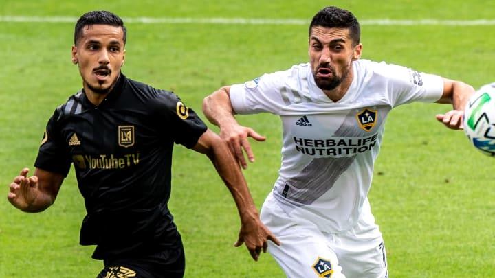 El libio Mohamed El-Munir y Sebastian Lletget compiten por el balón en el Clásico de Los Ángeles.