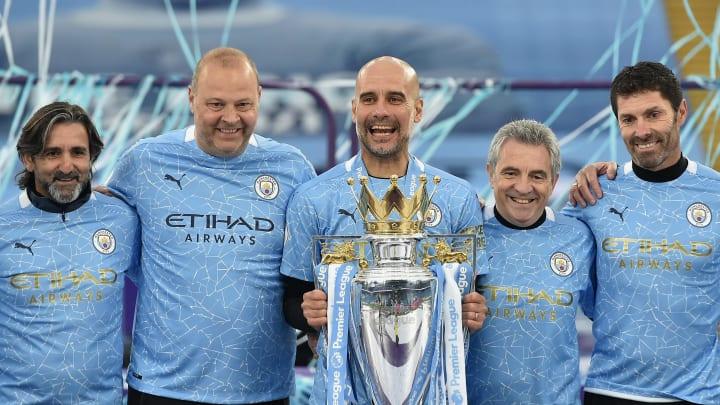 Pep Guardiola (tengah) masih dipercaya manajemen Manchester City