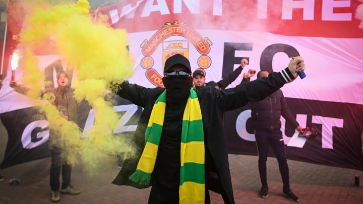Fans von Manchester United protestieren gegen den Klub-Eigentümer.