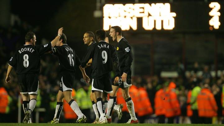 Manchester United's Wayne Rooney (L) cel