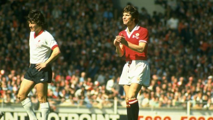 Martin Buchan dari Manchester United dan Kevin Keegan dari Liverpool