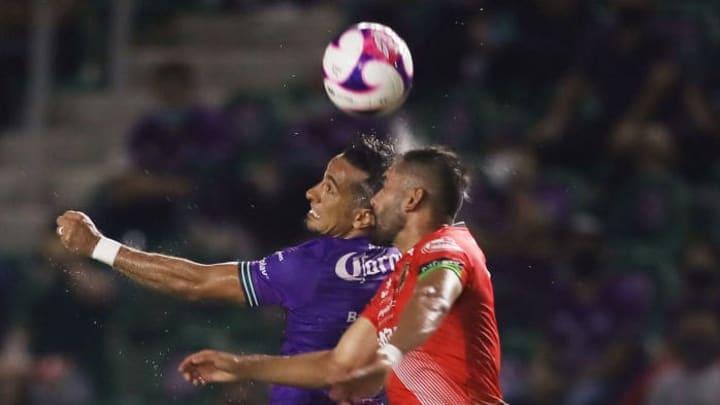 Jugadores de Mazatlan FC y FC Juarez pelean un balón.