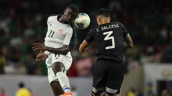Mayron George y Carlos Salcedo disputan un balón en los cuartos de final de la Copa Oro 2019