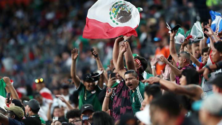 Aficionados mexicanos celebran la victoria frente a Costa Rica