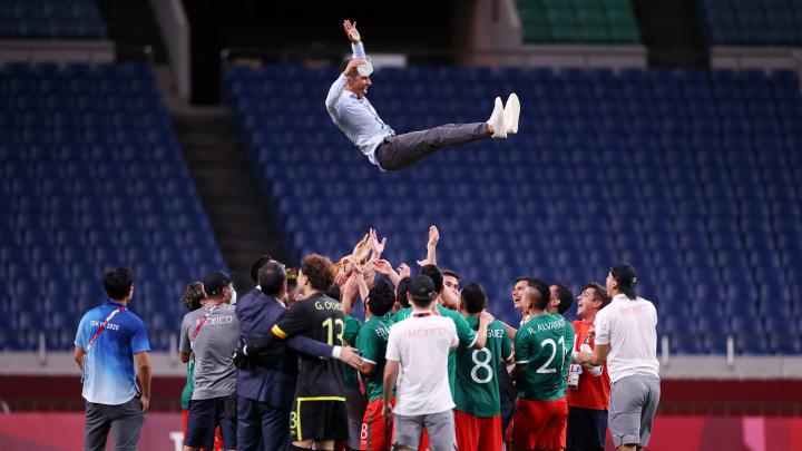 Futbolistas de México celebran la medalla de bronce.