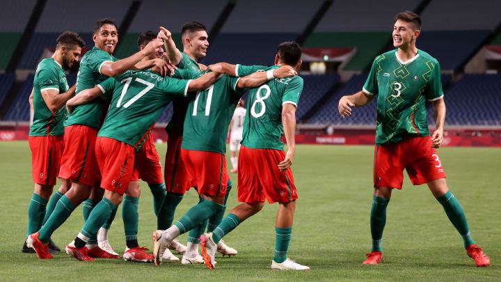Jugadores de México celebran un gol.