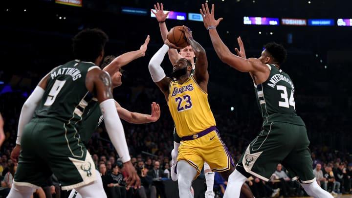 Lakers y Bucks chocan en un duelo de favoritos