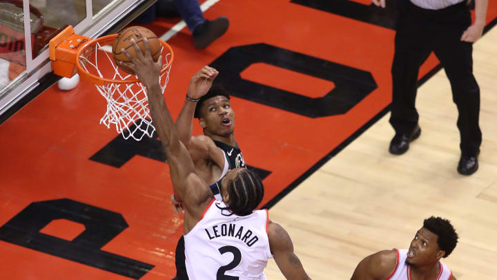 TORONTO, ONTARIO - MAY 25: Kawhi Leonard #2 of the Toronto Raptors dunks the ball during the second half against Giannis Antetokounmpo #34 of the Milwaukee Bucks in game six of the NBA Eastern Conference Finals at Scotiabank Arena on May 25, 2019 in Toronto, Canada. NOTE TO USER: User expressly acknowledges and agrees that, by downloading and or using this photograph, User is consenting to the terms and conditions of the Getty Images License Agreement. (Photo by Claus Andersen/Getty Images)