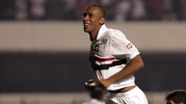 Zagueiro está com 36 anos e deixou o clube em 2011