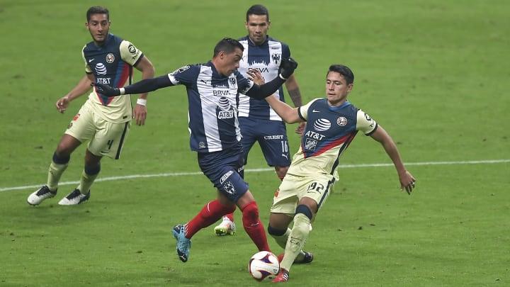 Rogelio Funes Mori ante la marca de dos jugadores del América.