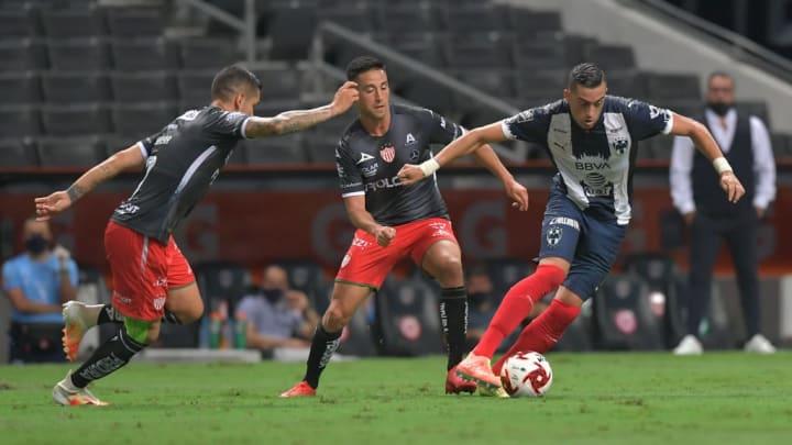 Rogelio Funes Mori controla el balón ante la marca de dos jugadores.