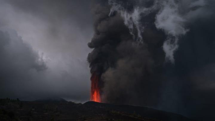 Mount Cumbre Vieja erupts in La Palma