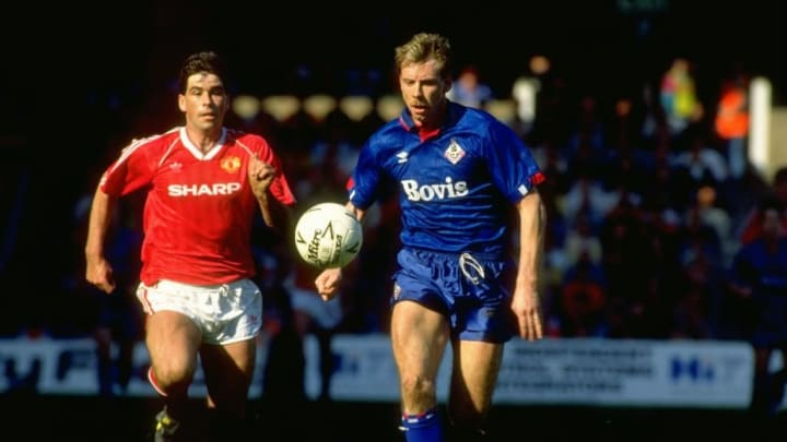 Neil Webb of Manchester United and  Andy Holden of Oldham