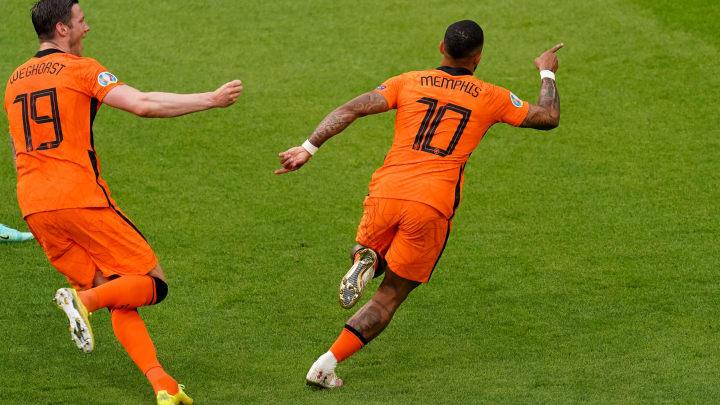 Memphis Depay celebrando un gol con su selección