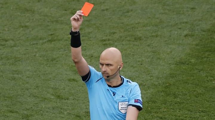 Sergei Karasev, Hollanda-Çekya maçında Matthijs de Ligt'e kırmızı kart gösterdi.
