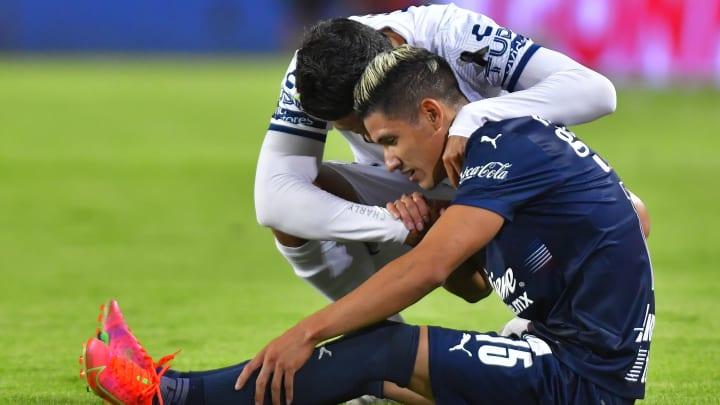 Tras el silbatazo final, Uriel Antuna de Chivas fue consolado por Miguel Herrera Equihua de Pachuca.