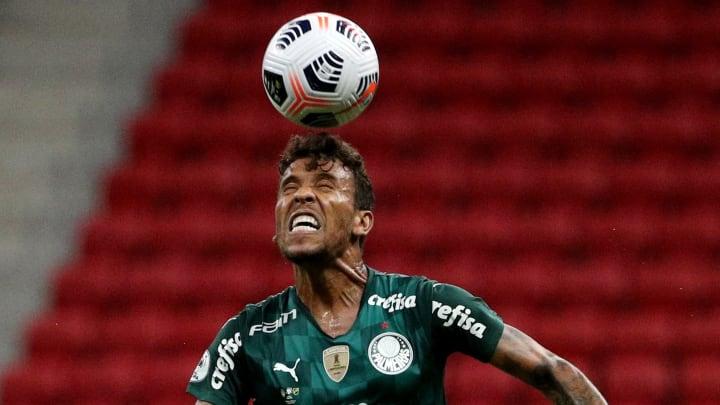Lado direitos defensivo do Palmeiras vem vazando