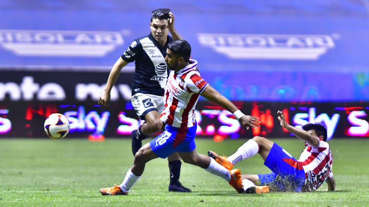 Christian Tabó y Miguel Ponce en la pelea de un balón.