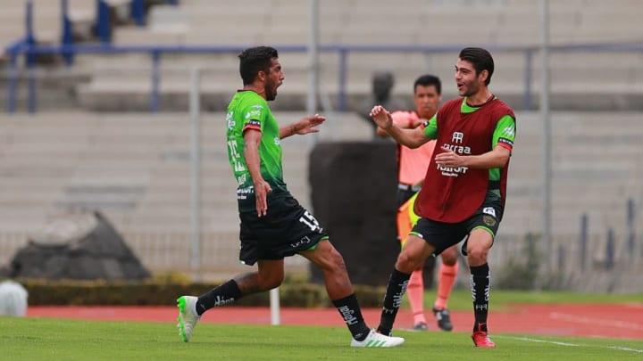 Maximiliano Olivera festeja un gol con Luis Hernández, en partido entre FC Juárez y Pumas UNAM.