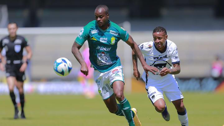 Jugadores del León y Pumas disputan un gol.