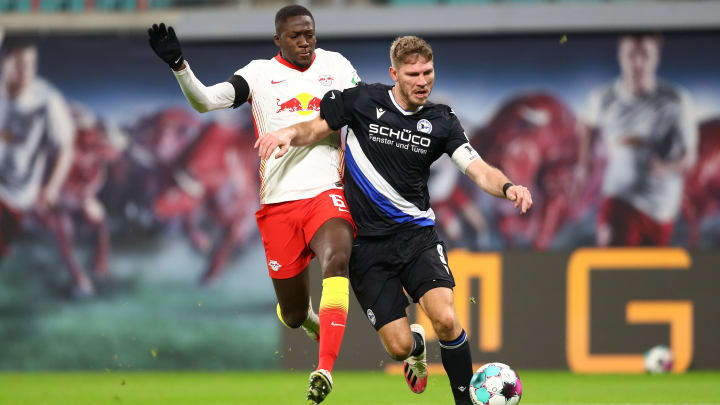 Bielefelds Fabian Klos im Zweikampf mit Leipzigs Ibrahima Konaté