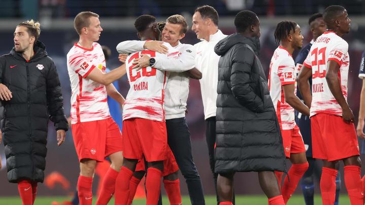 RB Leipzigs Neuzugang Ilaix Moriba wird nach dem 3:0-Sieg gegen den VfL Bochum von Trainer Jesse Marsch geherzt.