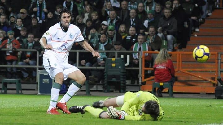 Claudio Pizarro trifft für Werder Bremen