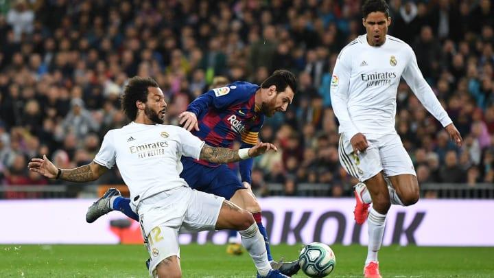Marcelo pugnando con Leo Messi