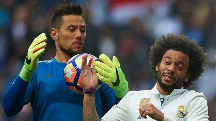 Diego Alves teria conversas com clube da Espanha.