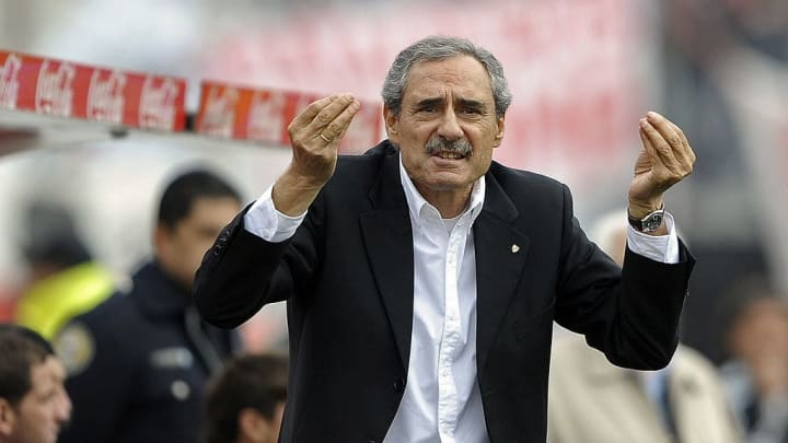 River Plate's team coach Angel Cappa ges