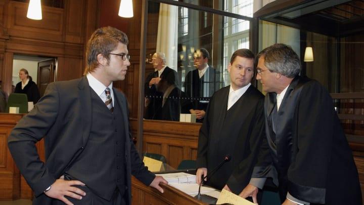 Robert Hoyzer berät sich mit seinem Anwalt - Gebracht hat das wenig
