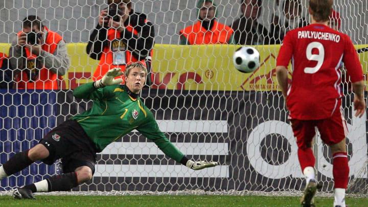 Russia's Roman Pavlyuchenko (R) scores a