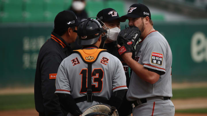 A meeting at the mound for the Hanwha Eagles in a game vs. the SK Wyverns in the KBO