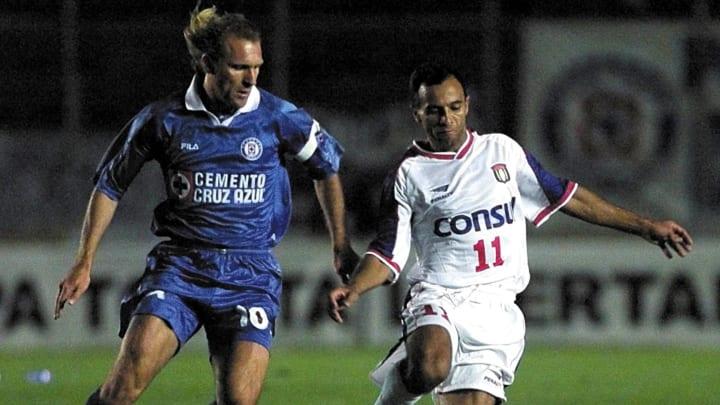 Héctor Adomaitis jugando en Cruz Azul