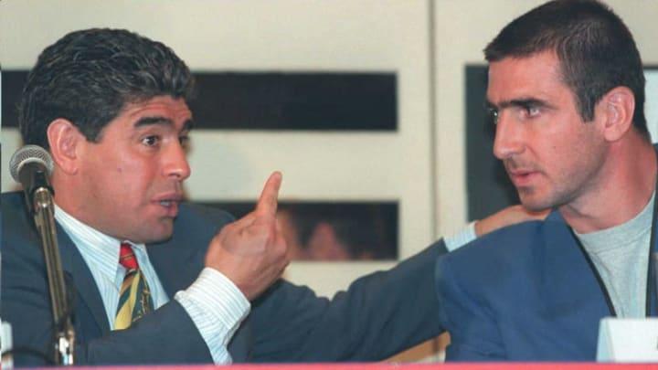 Maradona en pleine discussion avec Eric Cantona