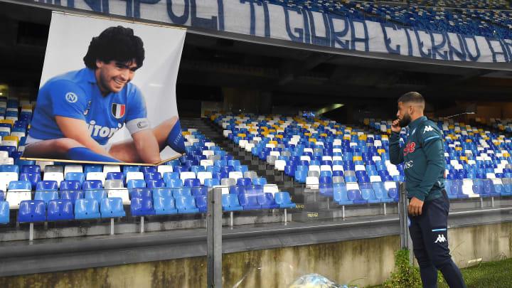 Lorenzo Insigne legt Blumen vor einem Maradona-Bild nieder