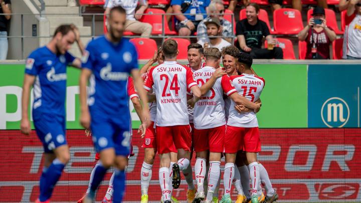 Regensburg jubelt, Schalke ratlos