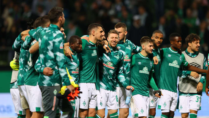 Die Werder-Spieler bedanken sich nach dem Sieg bei den Ultras