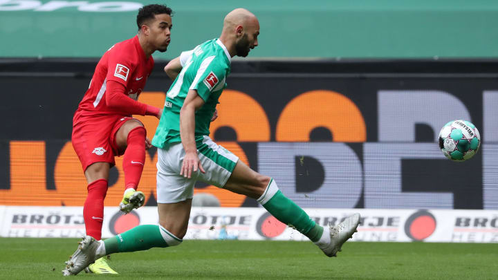 Leipzigs Justin Kluivert (l.) gegen Bremens Ömer Toprak.
