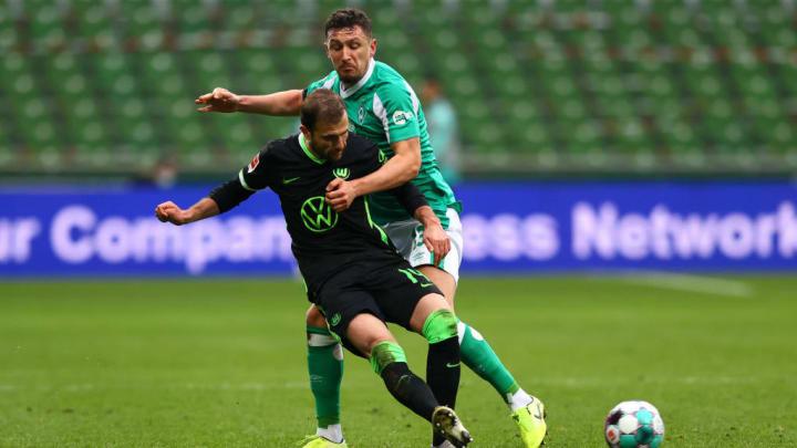 Werder-Verteidiger Milos Veljkovic im Duell mit Admir Mehmedi