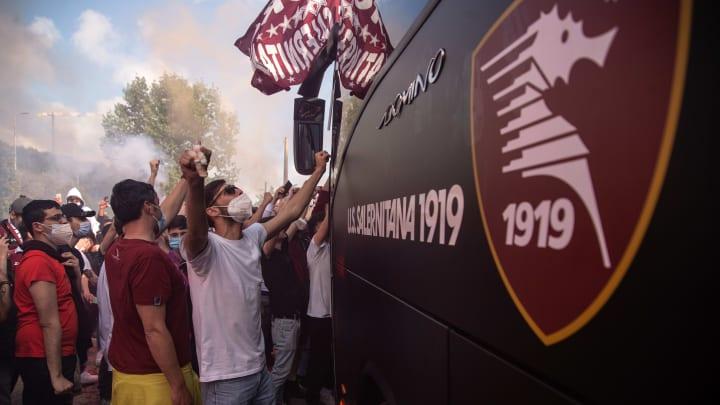 I tifosi della Salernitana esultano per la promozione in Serie A