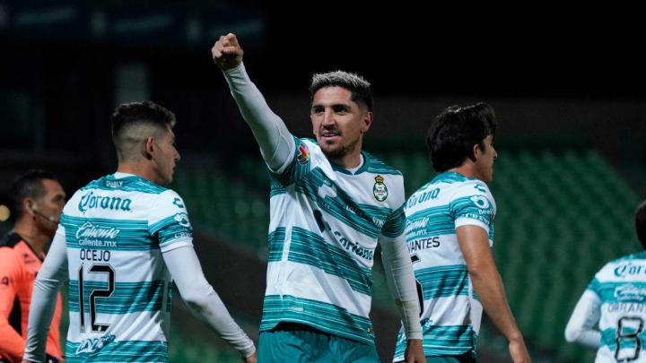 Jugadores de Santos Laguna celebran un gol.