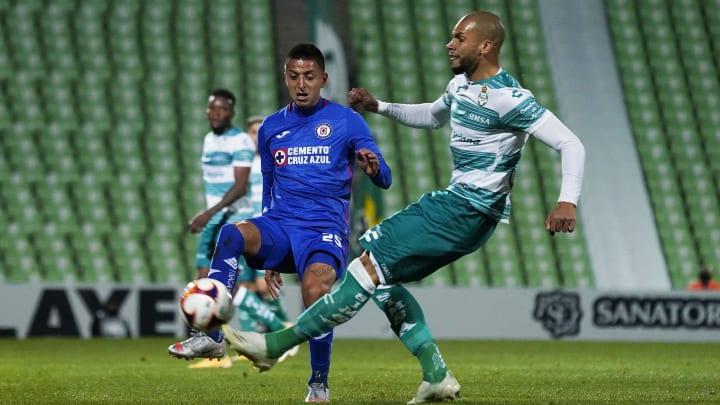 Roberto Alvarado y Matheus Doria pelean por un balón.